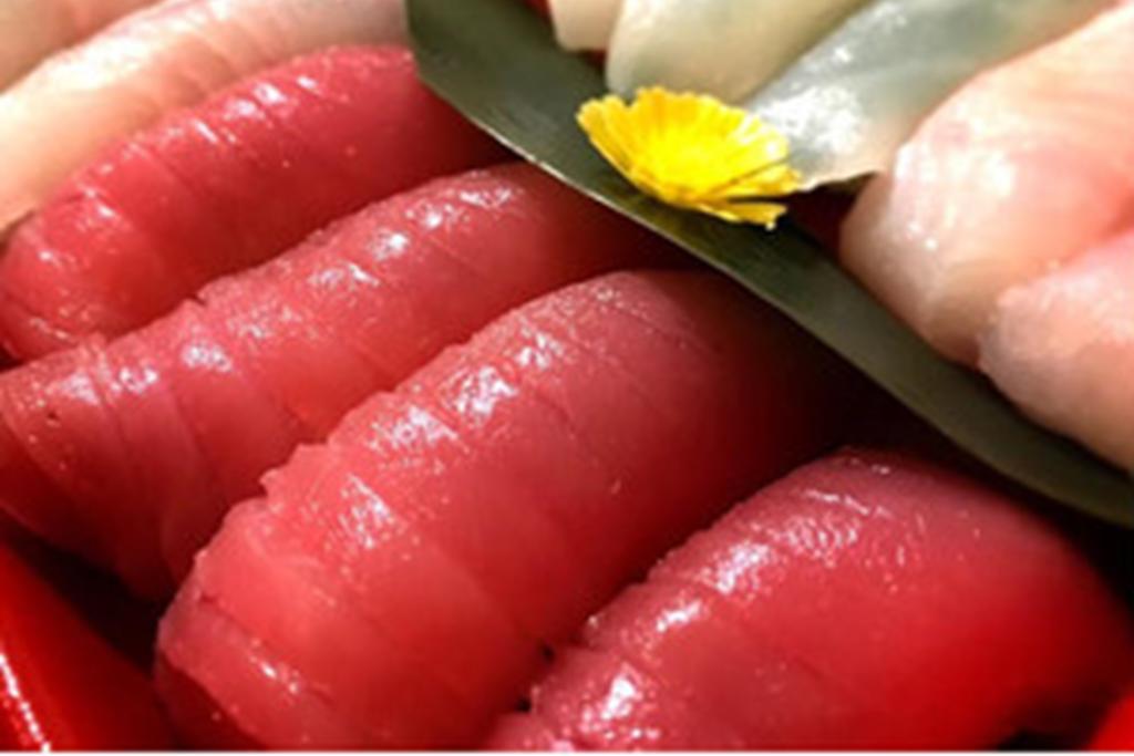 魚卓の上寿司